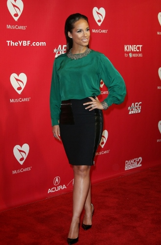 Alicia-Keys-How-To-Wear-A-Leather-Skirt (329x500)