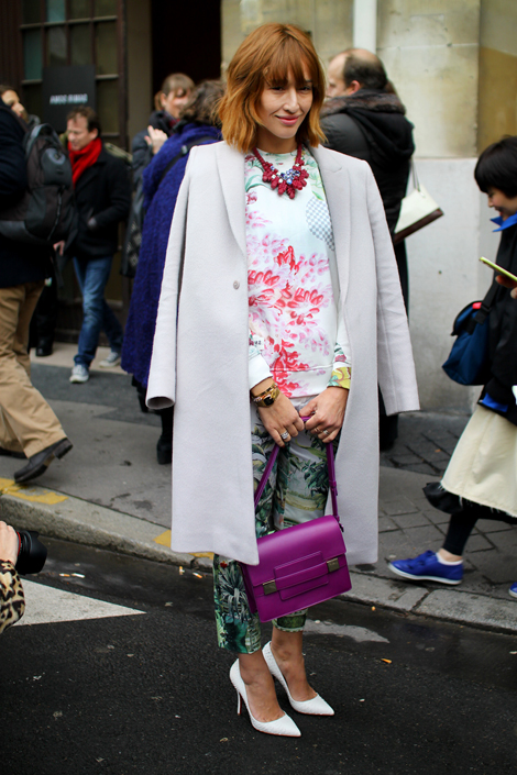 This is how you wear mixed prints paired with classic a la Paris Fashion Week Street Style Trend